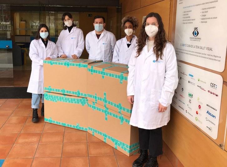 Estudiants de la FOOT reben les muntures donades per Natural Optics
